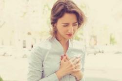 علامت های حمله قلبی در خانم ها - 8 نشانه حملات قلبی در زنان | مجله سلامت یاثار
